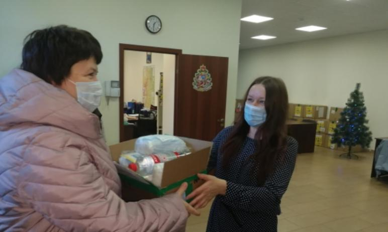 Волонтеры передали в Травниковский центр помощи детям несколько коробок с масками и дезинфицирующ
