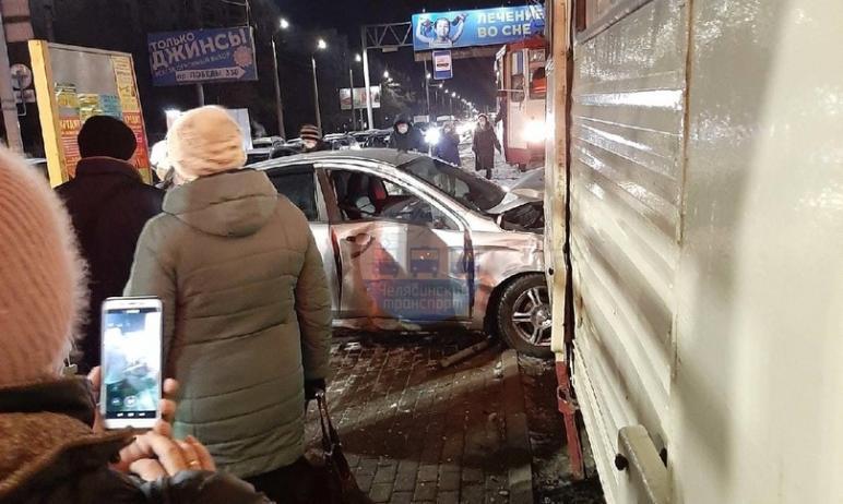 В Челябинске сегодня, 23-го декабря, около семи утра легковушка вылетела на трамвайную остановку