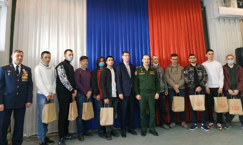 Теплыми напутственными словами, добрыми пожеланиями и подарками призывников Курчатовского района
