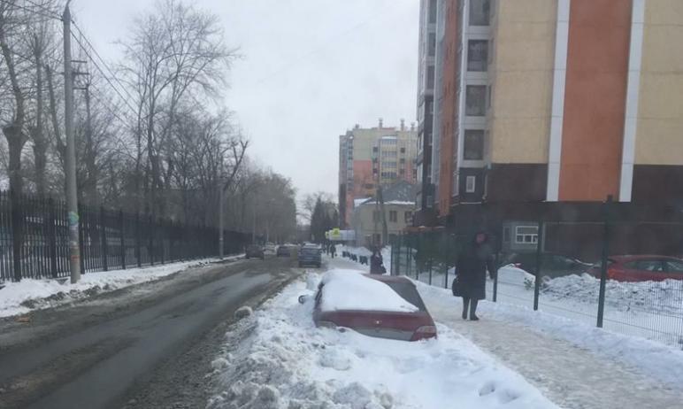 Челябинские дорожники объяснили, почему не могут качественно почистить парковочные карманы: справ