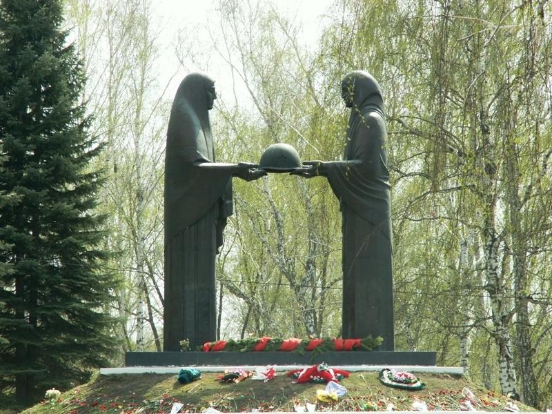 К 70-летию Победы в Великой Отечественной войне монумент «Солдат» на Успенском кладбище обновили.