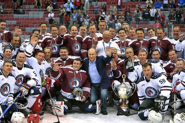 В матче лучшие хоккеисты-любители сразилась с командой звезд отечественного хоккея, которую попыт