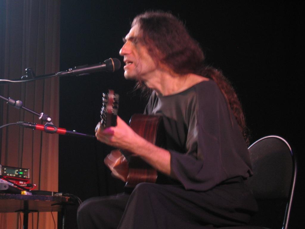 Музыкант-самоучка родом из Екатеринбурга (Свердловска) играет на своей девятиструнке так, что люд