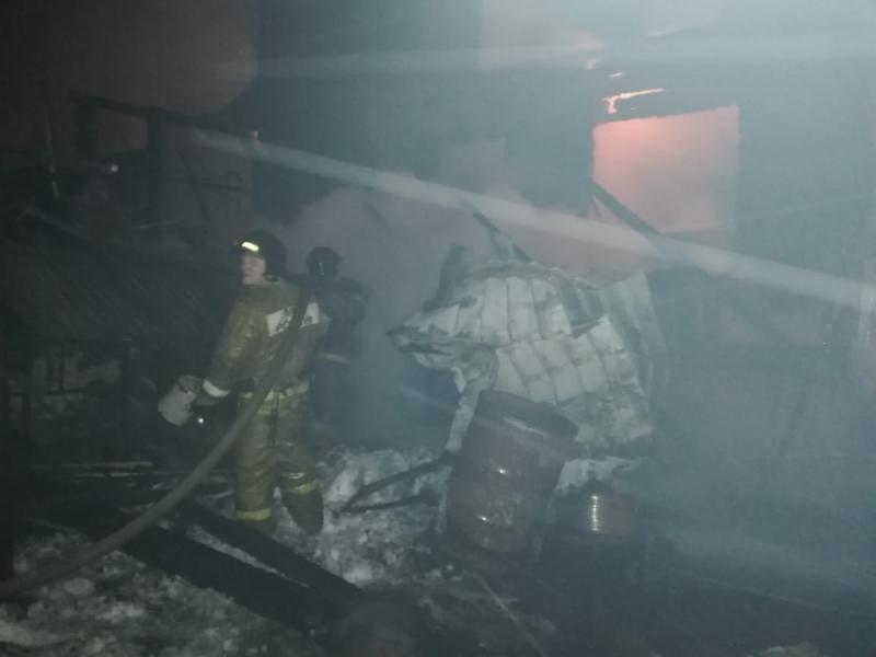 Два человека погибли в ночном пожаре в Аше (Челябинская область). Еще один человек госпитализиров