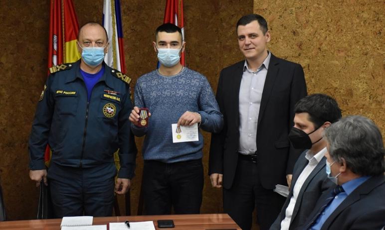 Южноуральцу Руслану Рожику вручили медаль МЧС России «За спасение погибающих на водах». Он вытащи