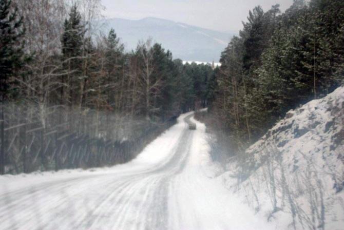 К месту происшествия отправлена тяжелая дорожная техника, которая уже приступила к расчистке снеж