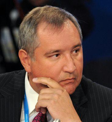 «Дебил и редкая гнида», - написал Дмитрий Рогозин о главе СНБО. В конце 80-х Турчинов был членом