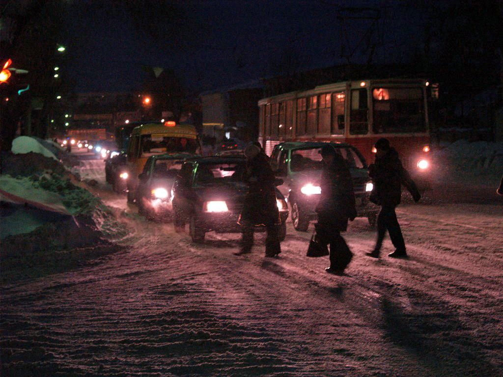 Снег, который шел в Челябинске всю ночь и всю утро, привел к максимальным пробкам на дорогах. Гор