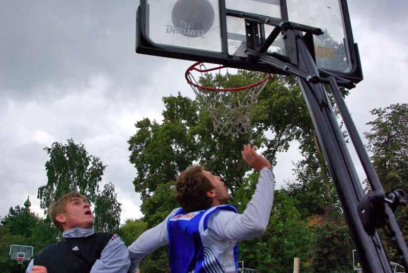 С приходом теплых весенних дней стритболисты – любители поиграть в баскетбол на одно кольцо на св