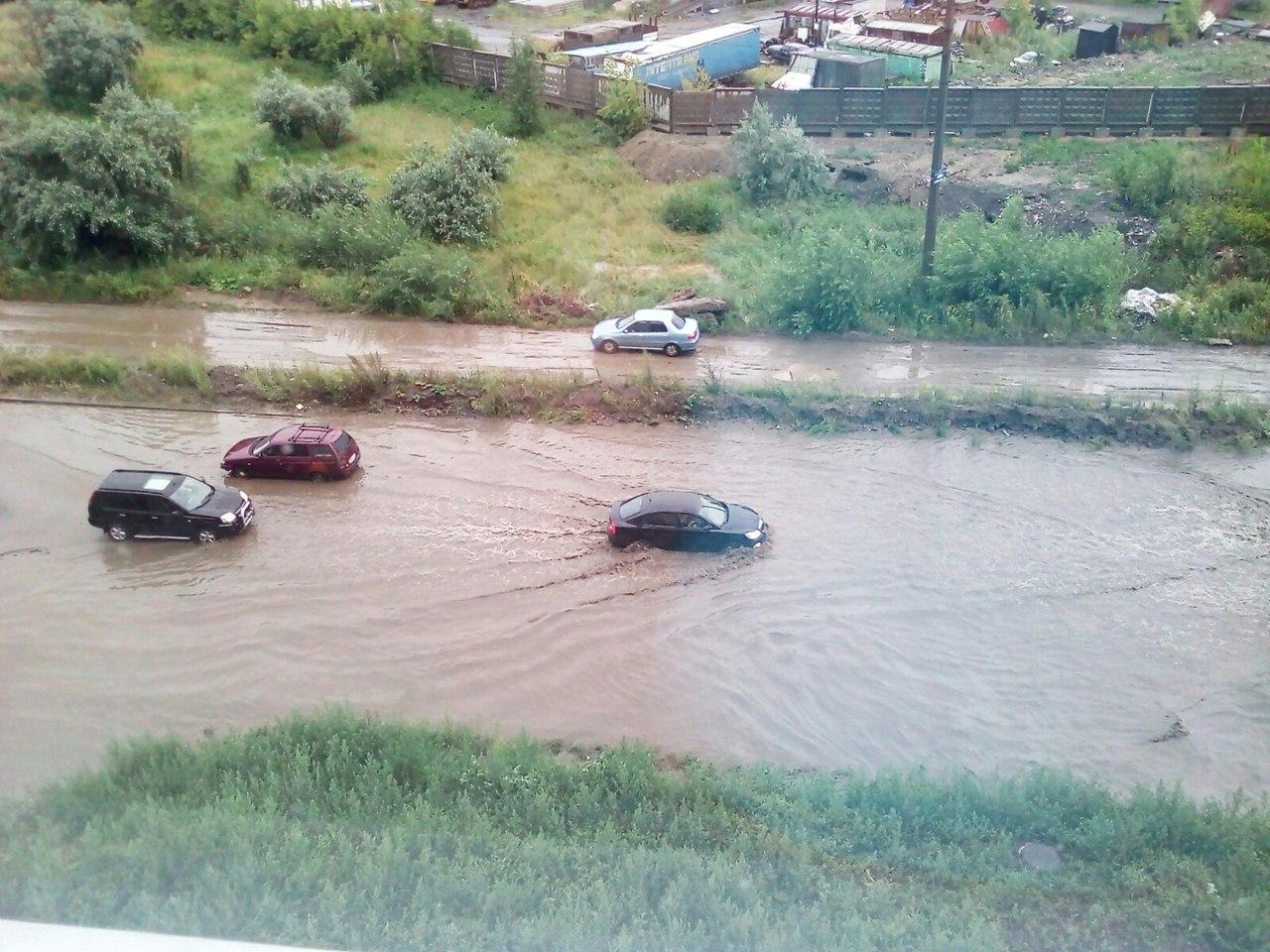 Затопленной оказалась проезжая часть улицы Дадыдова. Как сообщают пользователи социальной сети «В