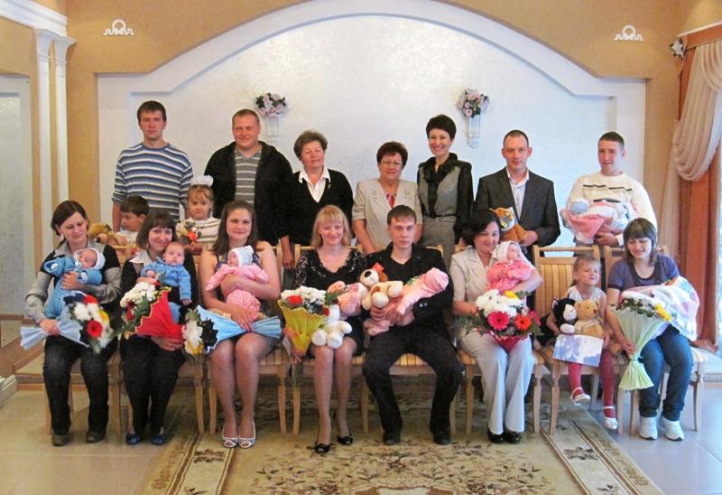 На днях в городской ЗАГС Златоуста были приглашены златоустовцы, у которых родились вторые и трет