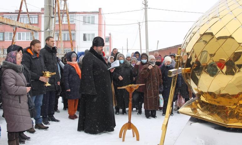 В поселке Красное поле Сосновского района (Челябинская область) освятили купол и крест строящегос