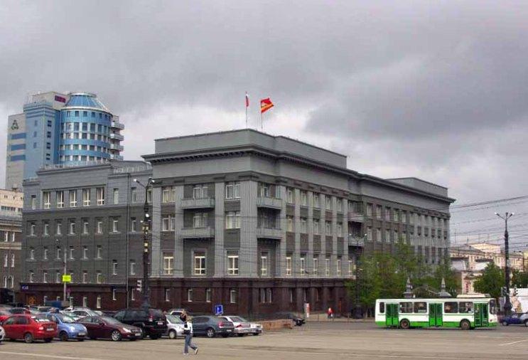 Здание расположено рядом с Законодательным собранием области - имеет общий двор с региональным па
